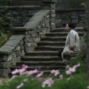 Nainen istuu Eiran puistossa