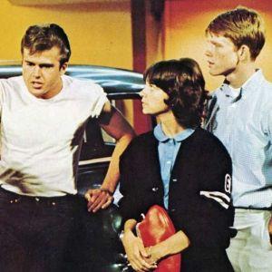 Paul Le Mat (vas.), Mackenzie Phillips ja Ron Howard elokuvassa American Graffiti eli Svengijengi ´62.