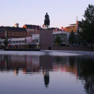 Mannerheim-patsas aamuhämärässä