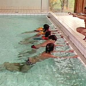 Ståla lär barnen simma, 1980