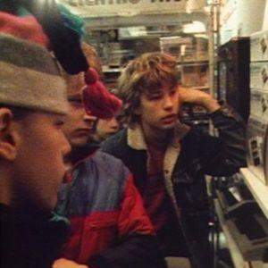 Pojkar vid datamaskin 1985