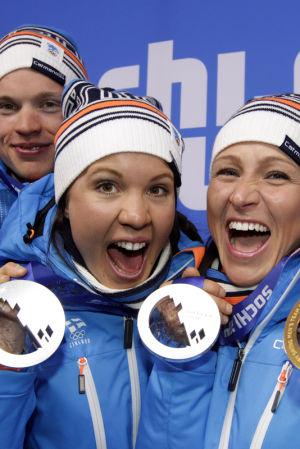 Iivo Niskanen, Kerttu Niskanen, Aino-Kaisa Saarinen och Sami Jauhojärvi med sina OS-medaljer, Sotji 2014.