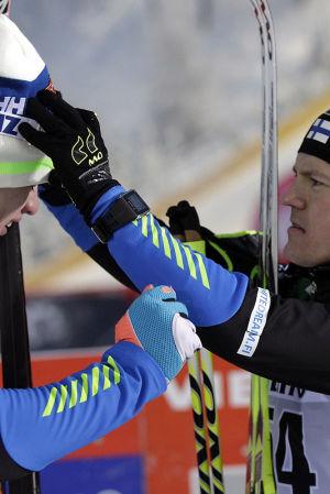 Sami Jauhojärvi rättar till Iivo Niskanens mössa, 2014.