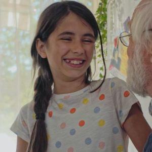 En liten flicka med sin morfar