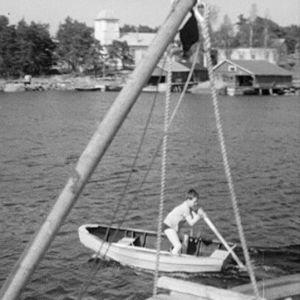 Poika veneilee Haapasaaressa 1964.