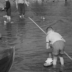 Pikkupojat leikkivät lelulaivoilla Haapasaaressa 1964