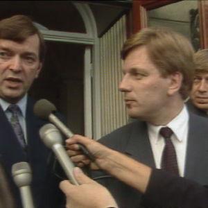 Paavo Väyrynen ja Esko Aho toimittajien haastateltavana.