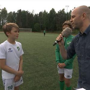 Juniorer tränar fotboll.
