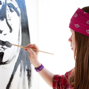 Tyttö maalaa taulua (Myrsky-projekti)