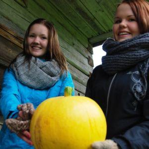 Elsi Jääskeläinen ja Laura Hytönen Mimmi Teamista pitelevät kurpitsaa.