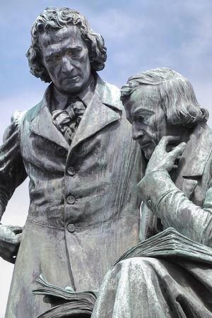 Bröderna Grimm i deras födelsestad Hanau. Staty av Syrius Eberle.