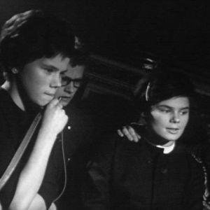 Kaksi nuorta naista ja piippua polttava nuori mies Old House Jazz Clubin yleisönä tv-filmissä Jazzia vanhassa talossa (1961).