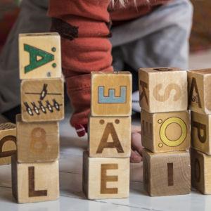 Barn leker med leksaksklossar.