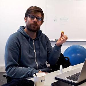 Kaksi Teakin opiskelijaa luokkahuoneessa pöytien äärellä. Edessään heillä on karkkia ja tietokoneet.