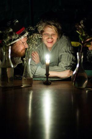 Ylioppilasteatterin näytelmä Kukin. Ohjaus Anne Nimell.  Kuvassa: Esa-Matti Smolander, Milla Kuikka, Miro Apostolakis