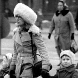 Äiti ylittää kadun lastensa kanssa (1974).