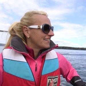 Angelica Heldt i båten på väg till stugan. Hon är förväntansfull