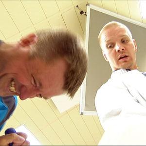 Tutkimushoitaja Mikko Koivumäki tarkkailee, miten Jyrki Vepsä selviytyy HIT-treenistä PET-keskuksen tutkimustiloissa.