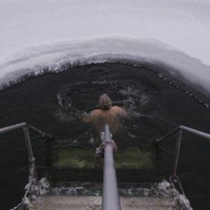 Nainen ui avannossa Vaskiniemessä Helsingissä