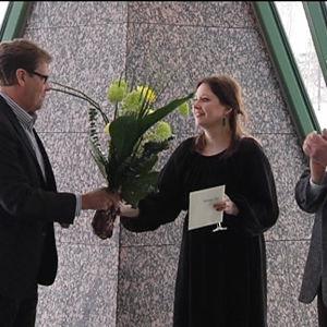 Ville Vilén ojentaa kukkia Henriikka Taville, vieressä Caj Westerberg