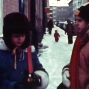 Två flickor i ett vintrigt Helsingfors, 1978