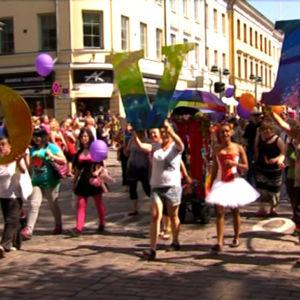 Ihmisiä Helsingin Pride-kulkueessa vuonna 2011, he pitävät käsissään kirjaimia, joista muodostuu sana love