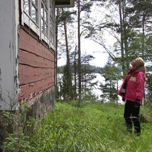 Angelica Heldt inspekterar sin sommarstuga