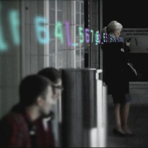 Kvinna textar på Böle station. Grafik visar utgående bitar.