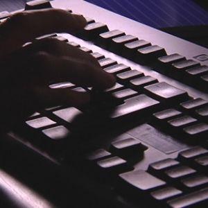 Man skriver på dator