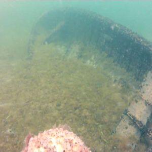En roddbåt agerar vrak för dykare