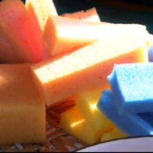 Använd olika färgers tvättsvampar.
