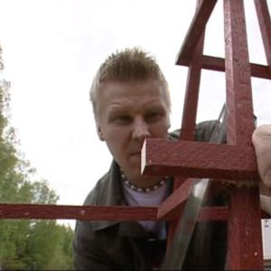 Tomas bygger klätterställning för växter
