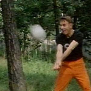 Presidentti Mauno Koivisto pelaa lentopalloa.