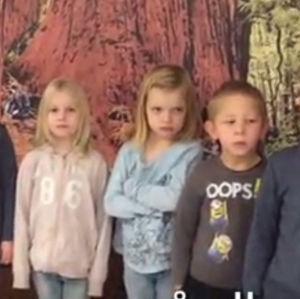 Barn på rad som sjunger