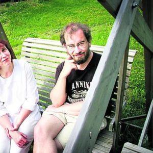Virpi ja Jaakko Hämeen-Anttila vuokramökillään Päijät-Hämeessa Auttoisissa