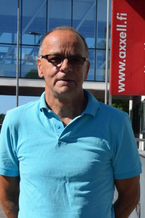 En man i blå skjorta står utanför Axxell i Karis. Han heter Clas Smeds.