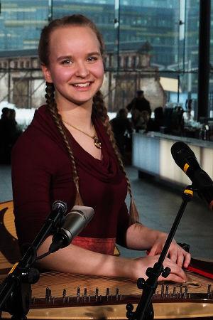 Multi-instrumentalisti-musiikinopiskelija Viola Uotila soitti kannelta Kantapöydän suorassa lähetyksessä 27.1.2016.