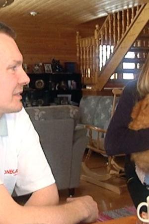 sauli Paajanen tyttärensä ja kissansa kanssa.