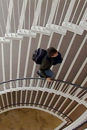 Ung person går i trappa.