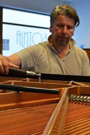 Pianonvirittäjä Heikki Joensuu