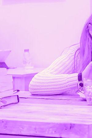 Digitreenin pääkuvapohjalla teksti Avoin wifi ja käsi joka pitää puhelinta.