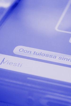Sana Whatsapp ja puhelin kädessä.