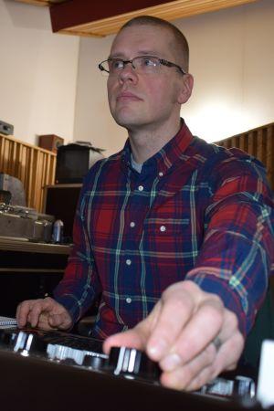 Levyjä työkseen masteroiva Jaakko Viitalähde istuu laitepöytänsä ääressä ja säätää ääniraitaa