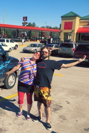Pia Leinonen ja Joni Tiala huoltoaseman parkkipaikalla Floridassa.