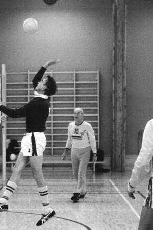 Mauno Koivisto pelaa lentopalloa.