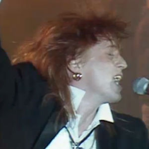 Tommi Läntinen laulaa Elmujen liiton itsenäisyyspäivän juhlassa Helsingin jäähallissa 1987.