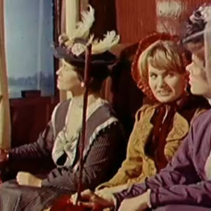 Naisia junanvaunussa. (dramatisoitu)