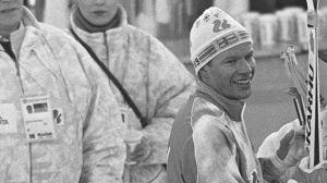 Hiihdon MM-kilpailut 1989 Lahdessa. Miesten 15 km:n hiihto perinteisellä tyylillä, voittaja Harri Kirvesniemi maalissa, ympärillä toimitsijoita.
