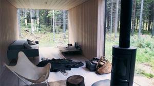 """Detalj av interiören i sommarstugan """"Neljän tuulen tupa"""", ritad av arkitekt Ville Hara."""