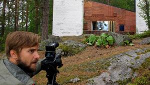 Fotografen Mikko Kelloniemi filmar huset Muuratsalo, ritat av Alvar Aalto.